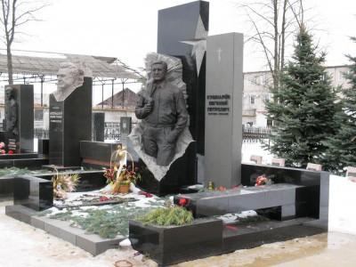 Прямоугольный гранитный памятник со скульптурой мужчины