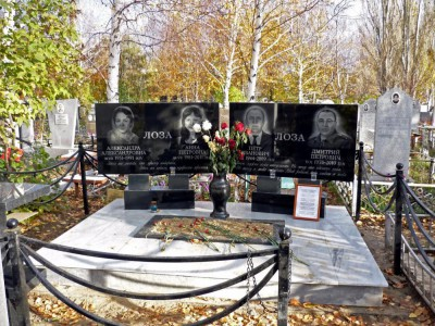 Семейный памятник из гранита с открытым цветником