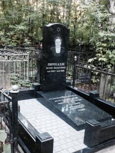 Черный иудейский памятник на могилу женщины