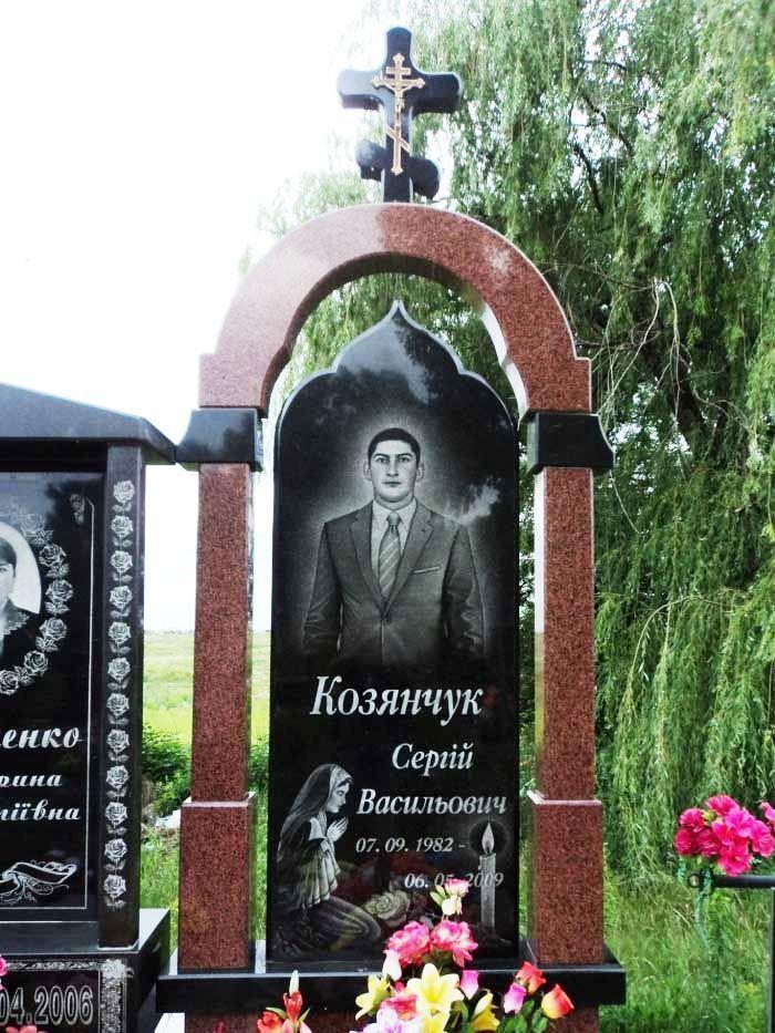 Памятник с аркой из лезниковского гранита