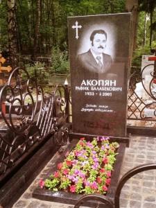 Красный надгробный памятник и открытым цветником