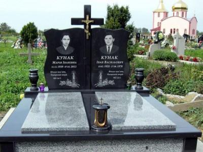 Двойной гранитный памятник с гравировкой свечи