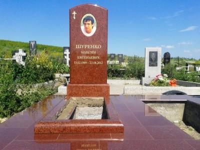 Памятник из красного гранита с открытым цветником