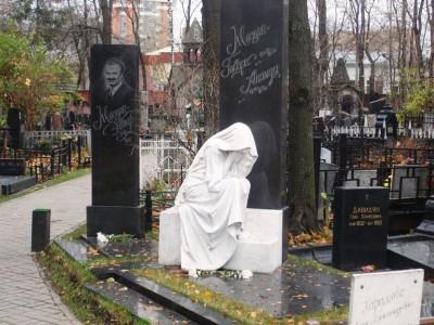 Черный прямоугольный памятник из гранита со скульптурой