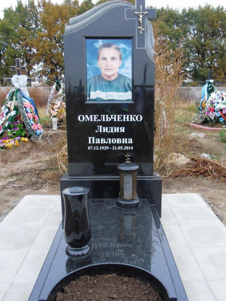 Надгробный памятник с вазами и лампадками фото
