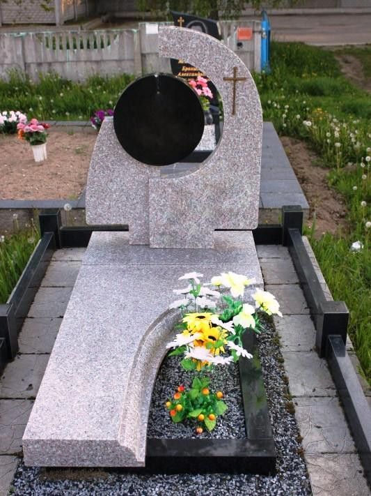Фото памятников серого цвета с полузакрытым цветником