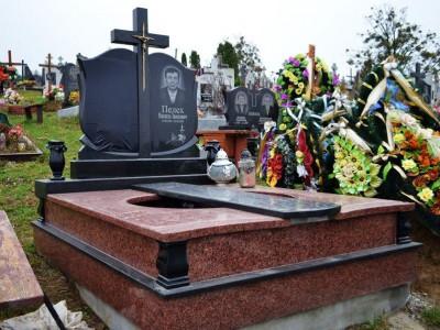 Надгробный памятник с резной вертикальной стеллой