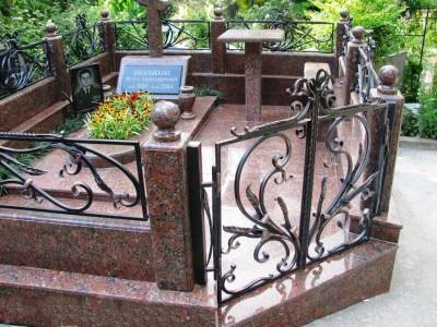 Гранитный памятник с ограждением