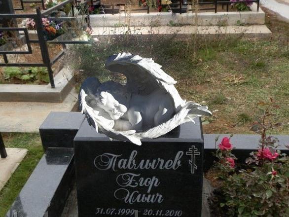 Памятник со скульптурой ангелочка на могилу мальчика