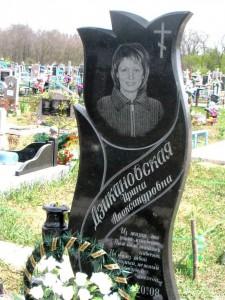 Черный надгробный памятник с вертикальной стеллой и гравировкой для женщины