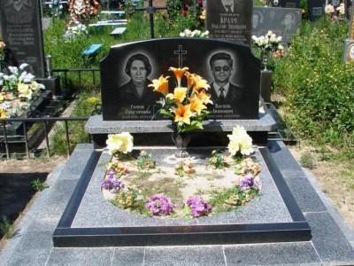 Открытый цветник для двойного памятника