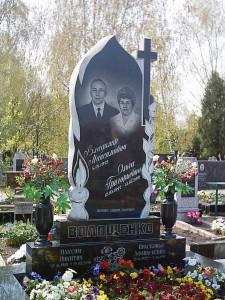 Гранитный памятник с резной свечой и двумя вазами