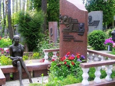 Памятник из красного гранита со скульптурой девушки