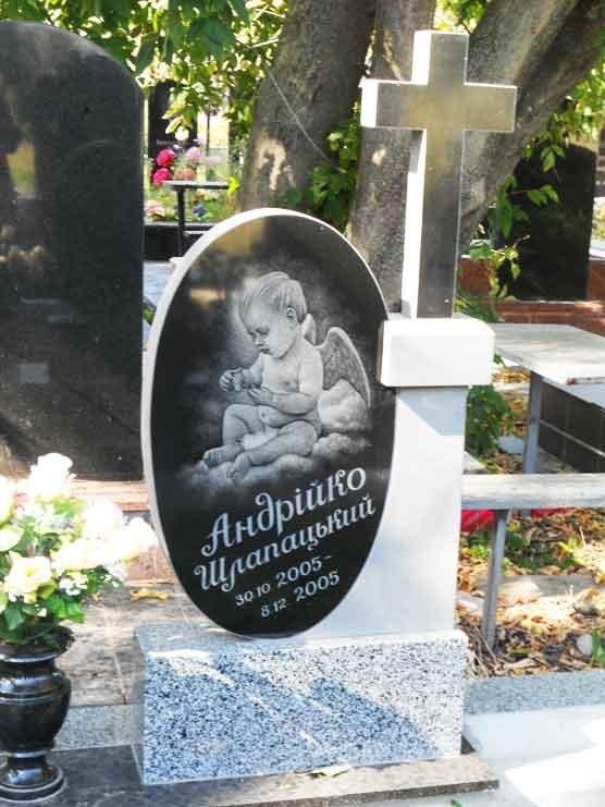 Детский надгробный памятник с крестом