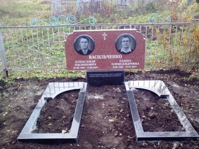 Недорогой двойной памятник из красного гранита фото