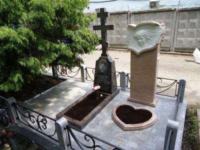 Гранитный памятник в виде креста на две могилы