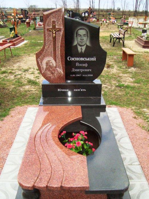Гранитный памятник черно красного цвета фото