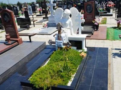 Гранитный памятник со скульптурой