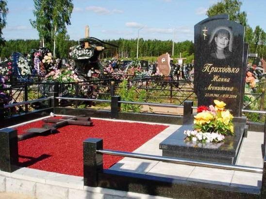 Красный гравий для женского надгробного памятника