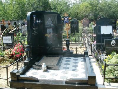 Элитный надгробный памятник с массивной стеллой