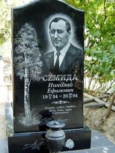Мужской надгробный памятник с гравировкой березы