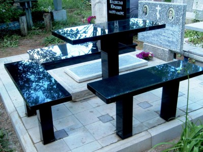 Прямоугольный стол и лавочки для памятника