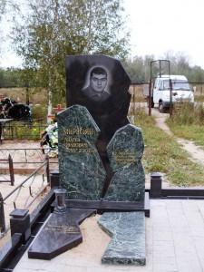 Мужской гранитный памятник с лампадкой