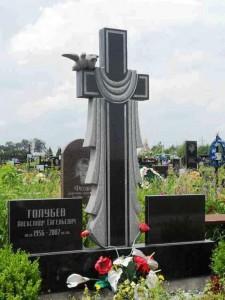 Надгробный памятник в виде креста с голубями