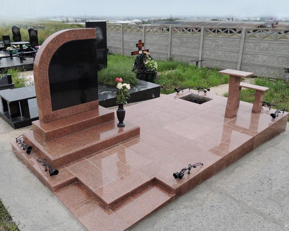 Надгробный памятник из розового гранита