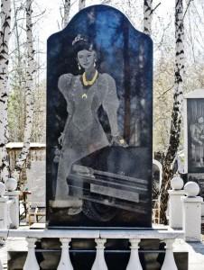 Памятник из гранита с гравировкой машины для женщины