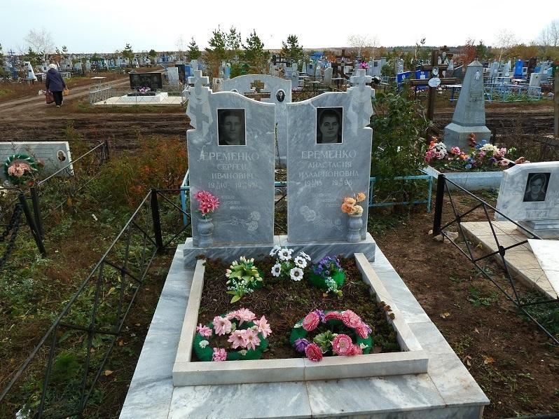 Двойной надгробный памятник с открытыми цветниками
