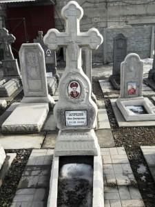Памятник в виде креста из мраморной крошки для мужчины