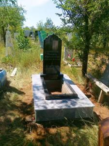 Мусульманский гранитный памятник на кладбище