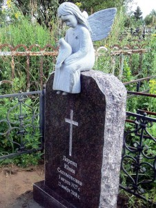 Одинарный женский памятник с ангелом и голубем на стелле