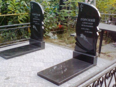 Одинарный черный гранитный памятник с закрытым цветником