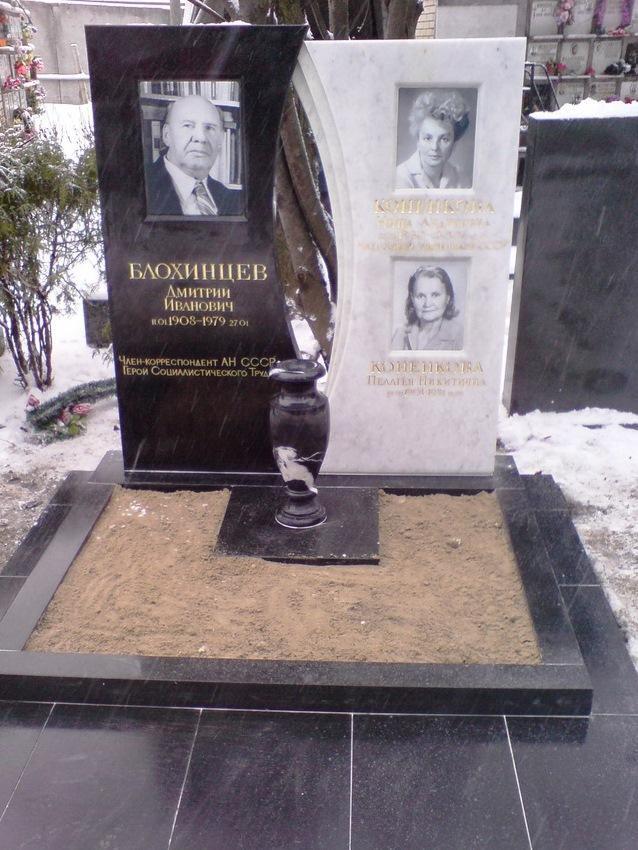 Черно-белый памятник из гранита и мрамора