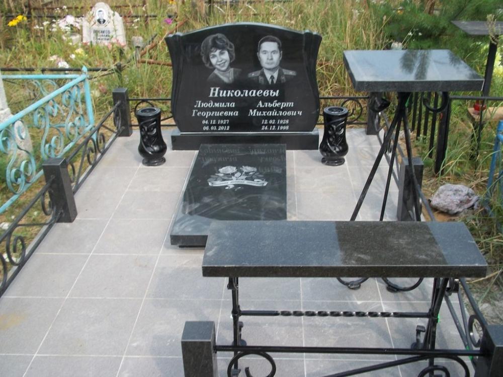 Двойной гранитный памятник с черными вазами