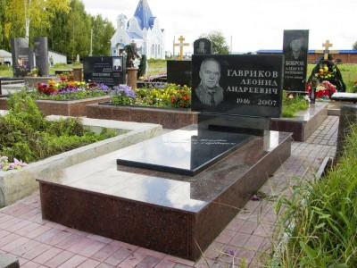 Мужской памятник с горизонтальной стеллой и закрытым цветником