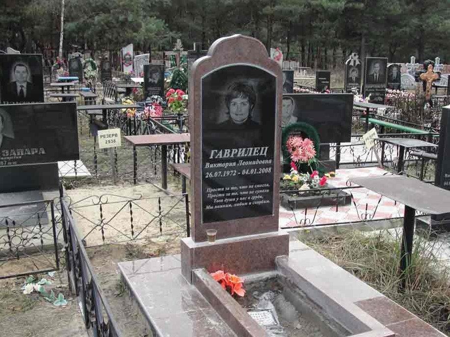 Одинарный надгробный памятник с цветником