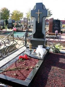 Современный надгробный памятник в виде креста