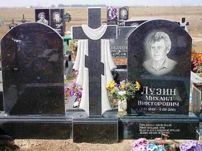 Надгробный памятник из черного гранита фото