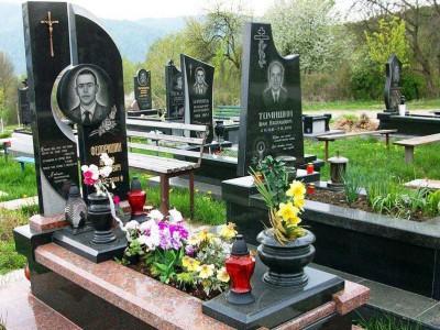 Надгробный памятник с двумя вазами черного цвета
