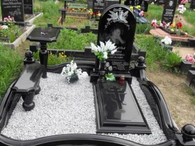 Закрытый цветник с крестом для одинарного памятника