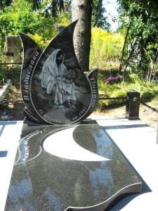 Гранитный надгробный памятник на могилу девочки