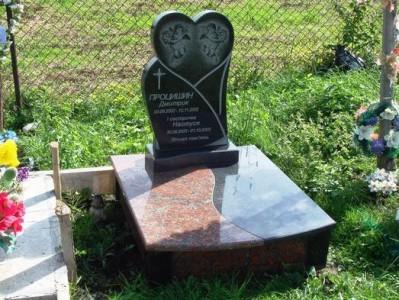 Памятник из красного и черного гранита для младенца