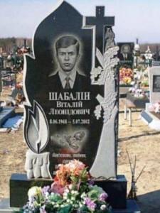 Мужской гранитный памятник с резным крестом и свечой