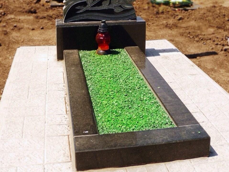 Открытый цветник с зеленым гравием
