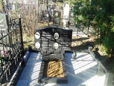 Черный гранитный памятник на четверых фото