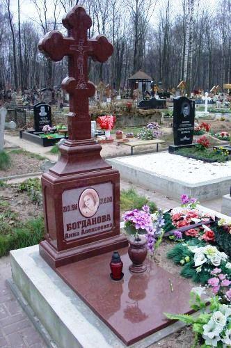Памятник из токовского гранита в виде креста