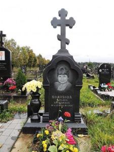 Памятник в виде креста на могилу матери